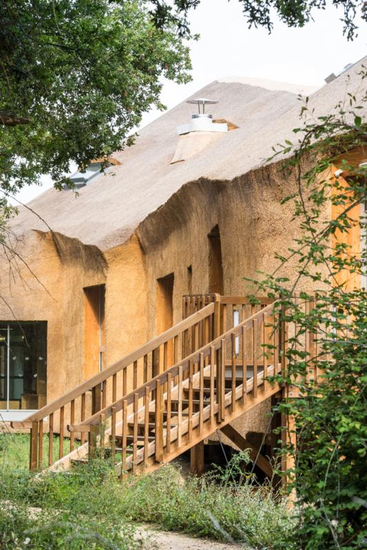 38 800 bottes de roseau recouvrent en continuité les murs et la toiture du Centre Beautour