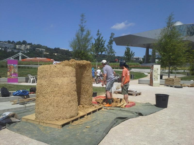 Ateliers d'initiation à la construction en terre crue au musée des Confluences par amàco et Asterre