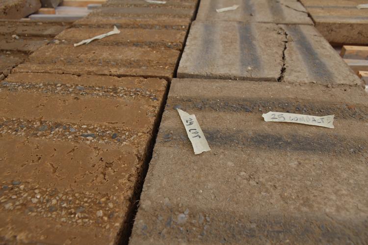Chantier école d'un sol extérieur en terre coulée avec les étudiants en Master Architecture vertueuse de l'ENSAL © amàco