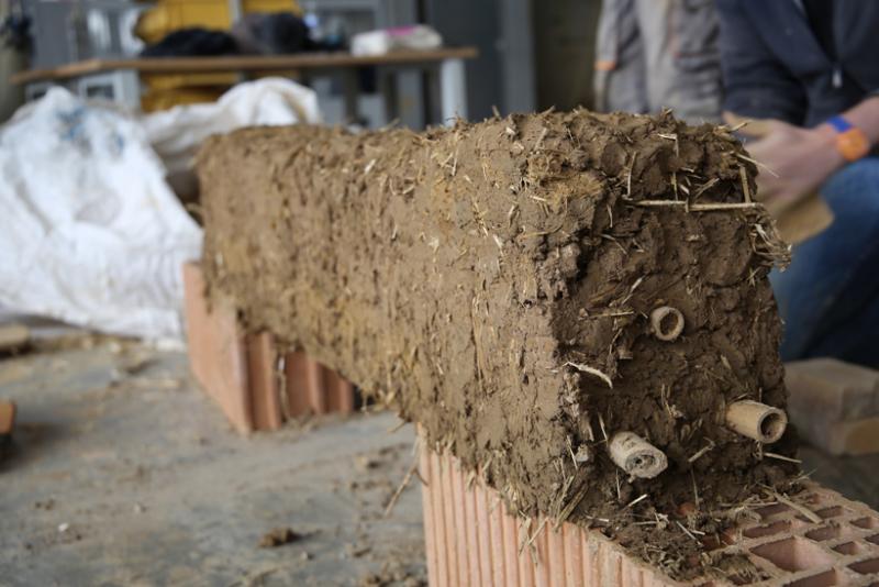 Formation professionnelle Construire en bauge dédiée à la découverte des qualités techniques et esthétiques de la construction en bauge – crédits : amàco