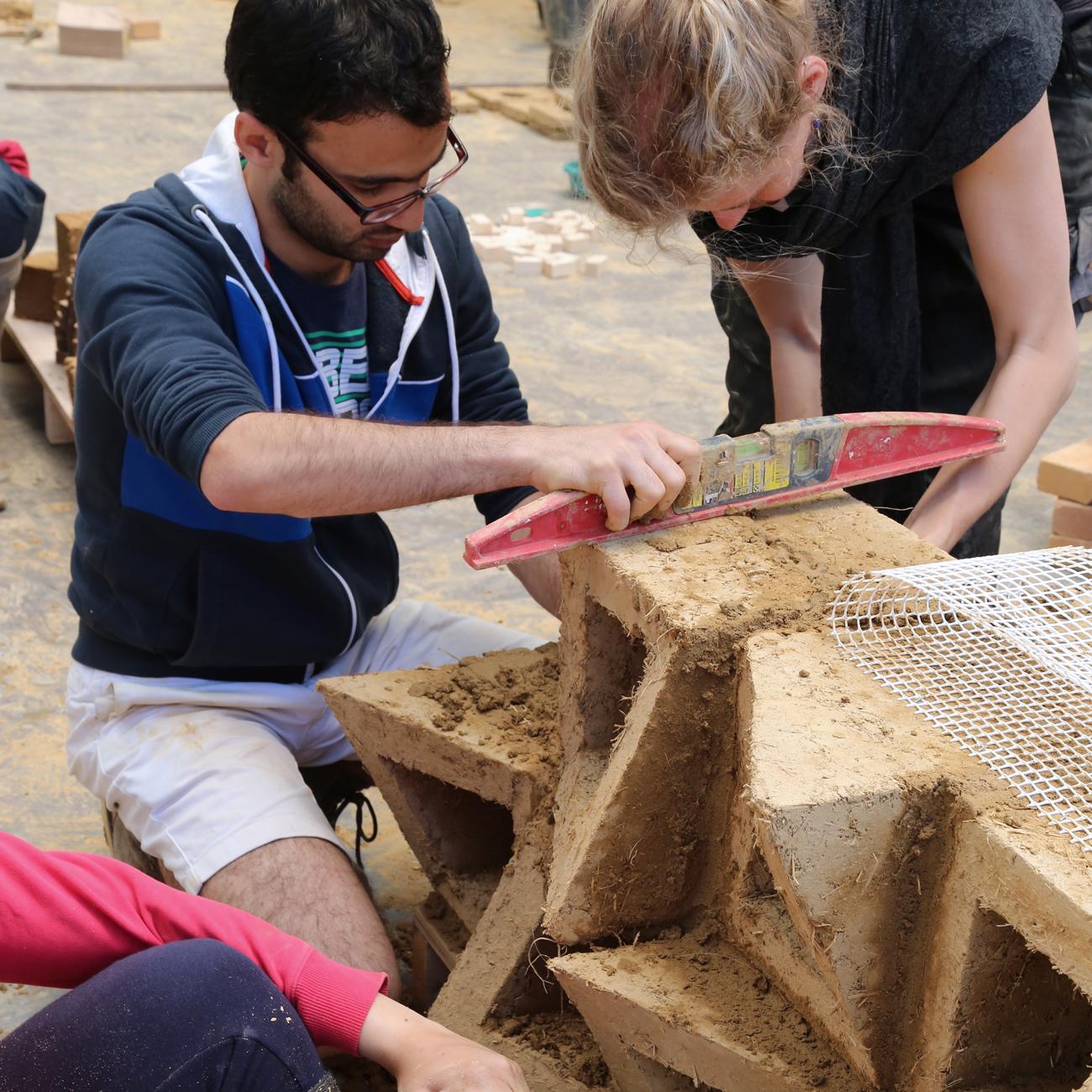 Développer un esprit de recherche de matériaux en terre crue - briques de terre crue - adobes - amàco