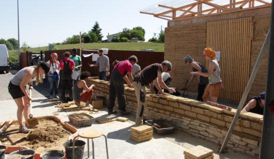 Chantier participatif - construction d'un abri à vélo en briques de terre crue - amàco