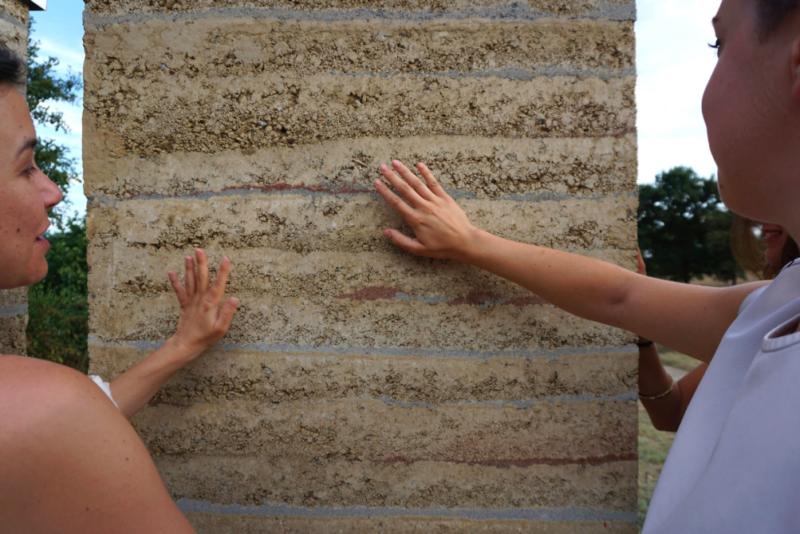 Chantier école pisé avec Timur Ersen artisan spécialiste terre crue @amàco
