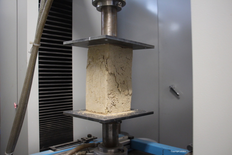 Test d'une éprouvette en terre coulée sans ciment ni additifs — crédit : amàco