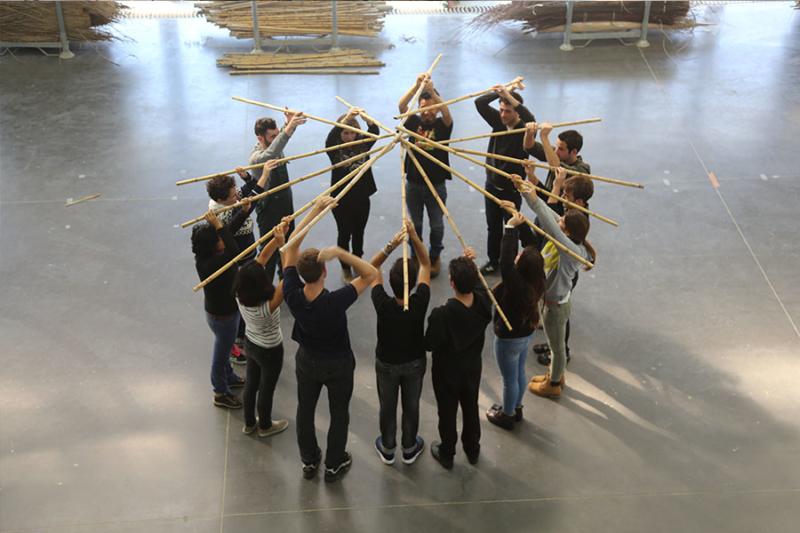 Construction de micro-architectures en fibres végétales par les étudiants de master de l'ENSA de Clermont-Ferrand © amàco