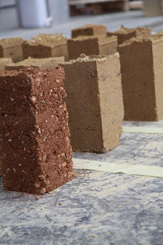 Formation professionnelle Construire en terre aujourd'hui propose de maîtriser les fondamentaux de la construction en terre crue mais également d'apprendre les gestes professionnels des principales techniques de construction en terre – crédit : amàco