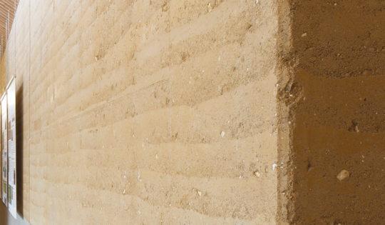 Mur en pisé du Conservatoire Européens des Échantillons de Sol de l'INRA – cc les films du lierre / amàco