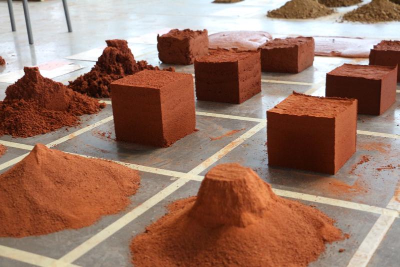 Formation d'initiation à la construction en terre crue « Qu'est ce que je peux faire avec cette terre ? » – crédit : amàco