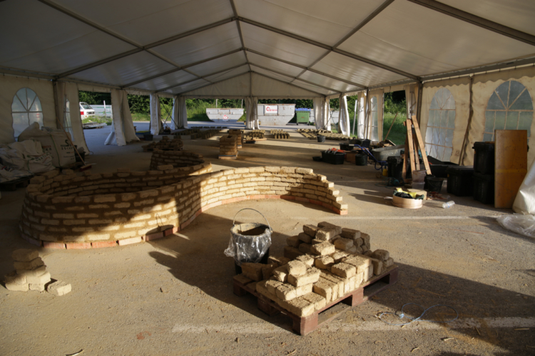 Atelier de formation professionnelle dédié à la construction en adobes, briques de terre crue moulée à la summer school BASEhabitat © amàco