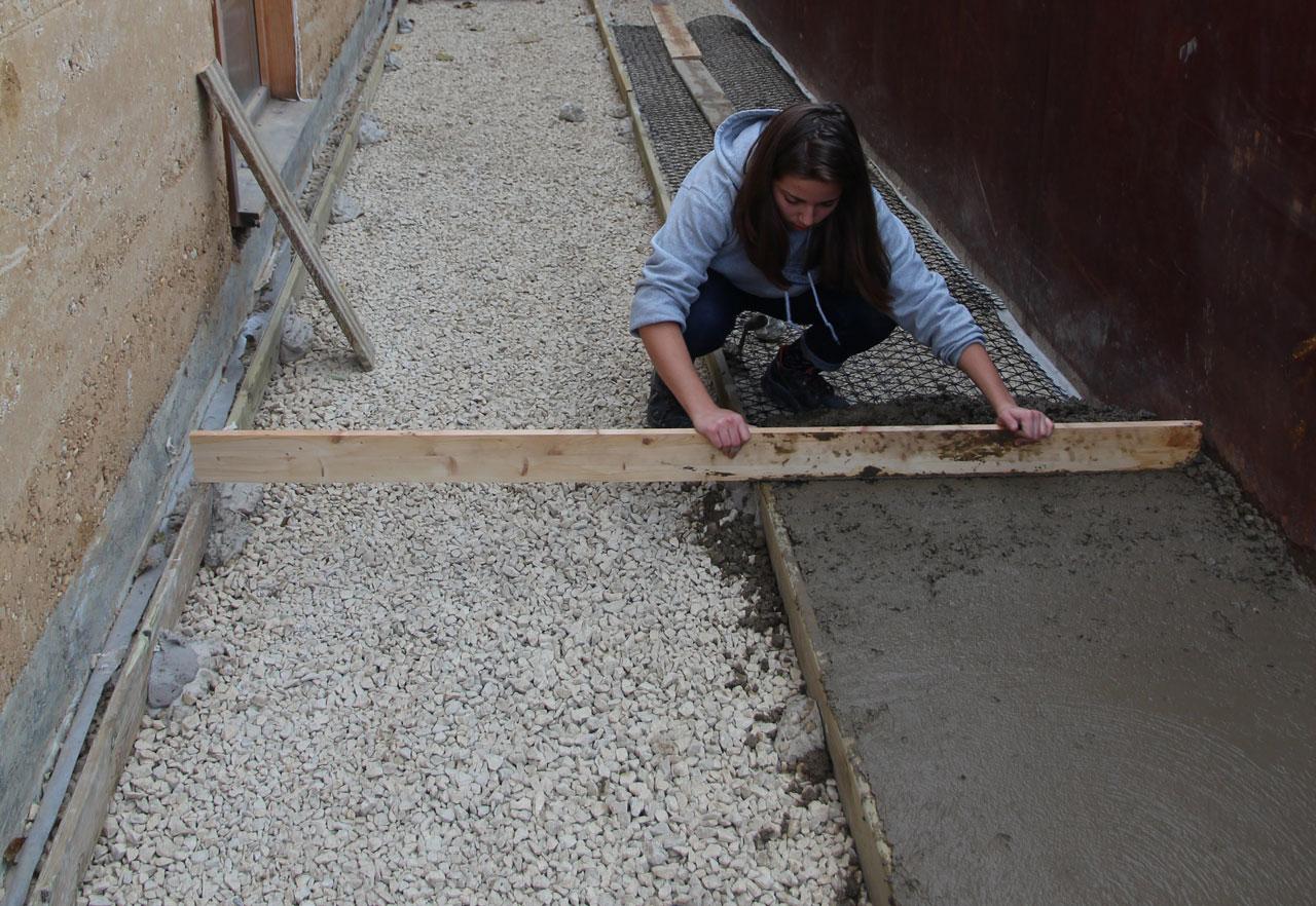 Chantier école terre coulée : essais matériaux et réalisation d'un sol en terre performant avec l'ENSA Lyon