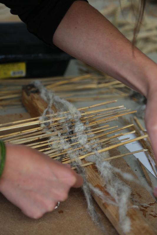 Atelier Fibres réunissant une centaine de participants dans la découverte des fibres naturelles dans la construction et la réalisation d'un prototype d'habitat en fibres végétales © amàco
