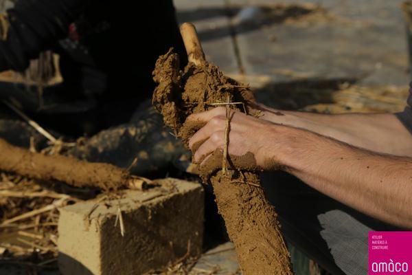 Trois jours de formation sur les techniques de mise en œuvre de la terre crue pour 50 étudiants de l'association Imhotep © amàco