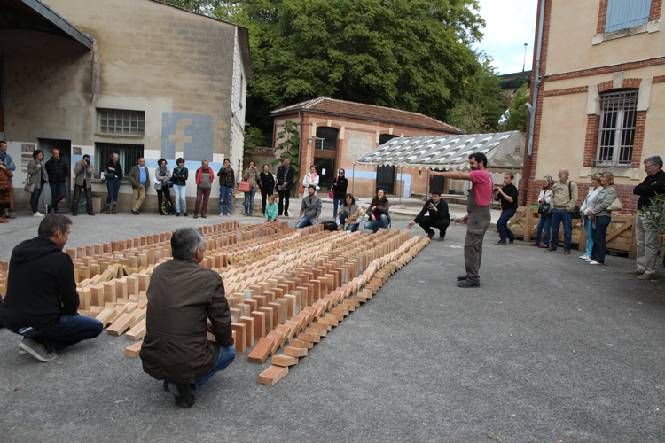 Deuxième édition de la Biennale Art & Matières autour du thème Terre/Design/Habitat, à Albi. amàco présente le matériau terre dans la construction. © amàco