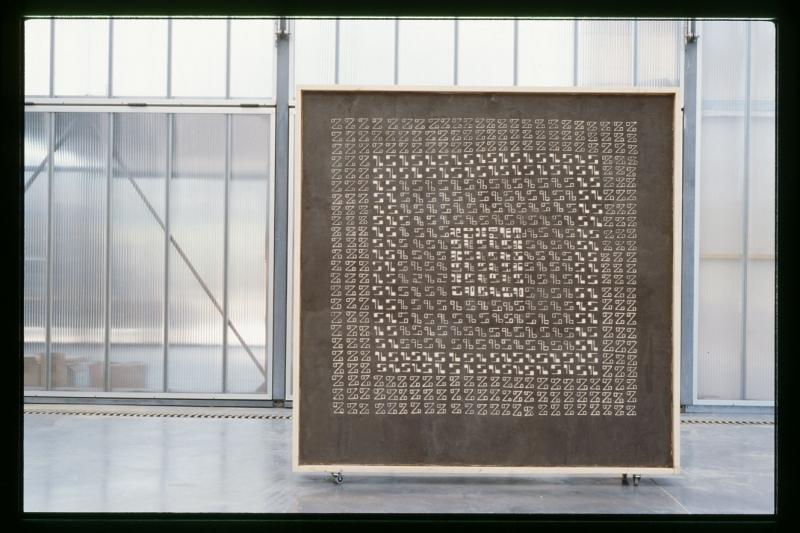 L'artiste Daniel Duchert réalise un sgrafitto : deux couches d'enduits superposées sont révélées par gravure. © Daniel Duchert
