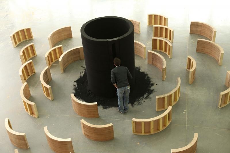 L'installation « Entrez en matière » mise en scène avec son coffrage ©atelier alba