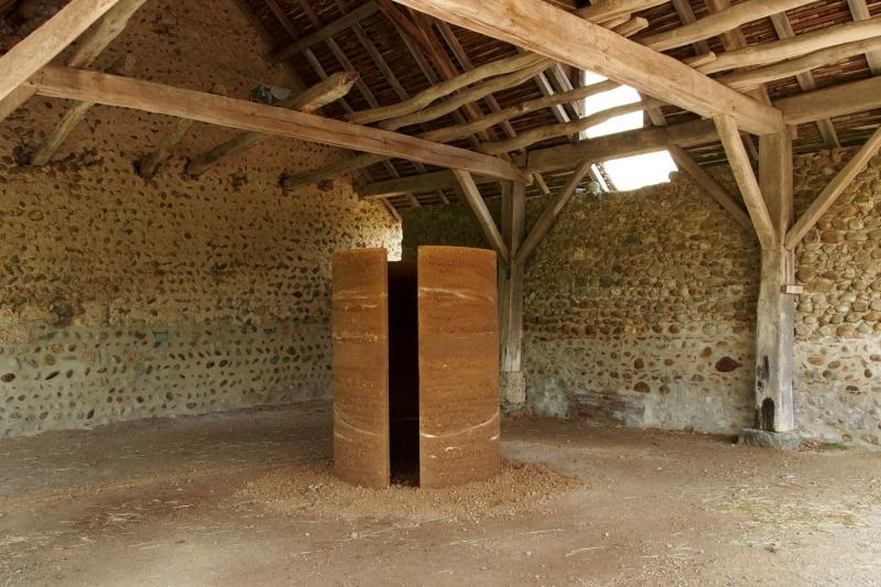 L'installation « Entrez en matière II » présentée dans l'ancienne Grange Dimière en pays Voironnais. ©atelier alba