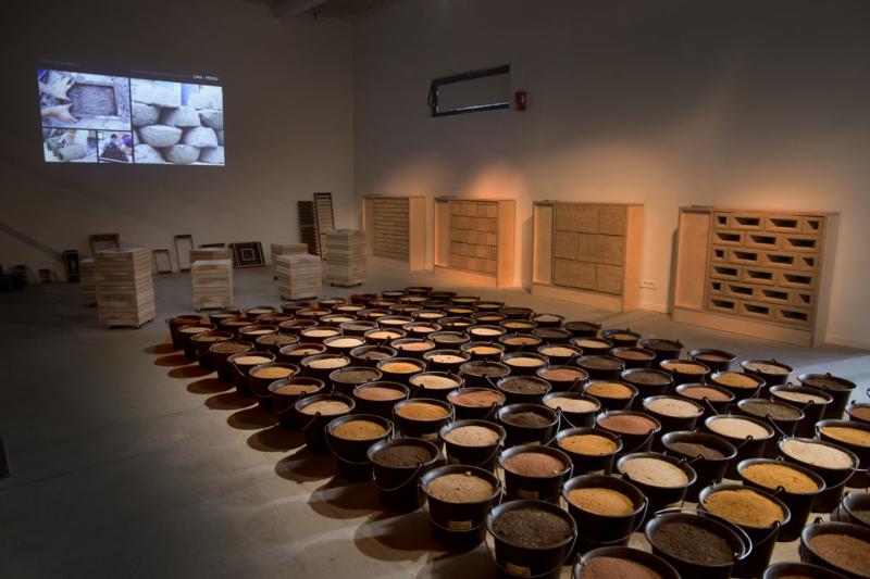 A l'ouverture de la Biennale, les seaux de terre de couleur remplissent l'espace ©amàco