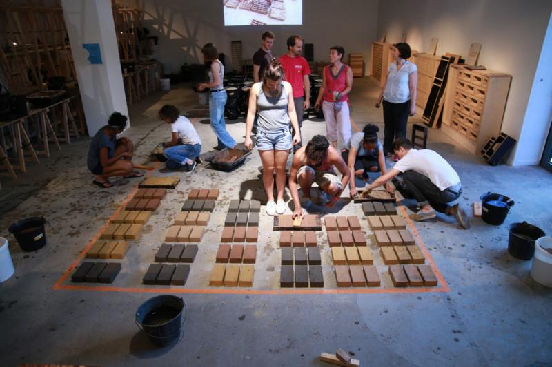 Le public est invité à transformer la terre en brique d'adobes ©amàco