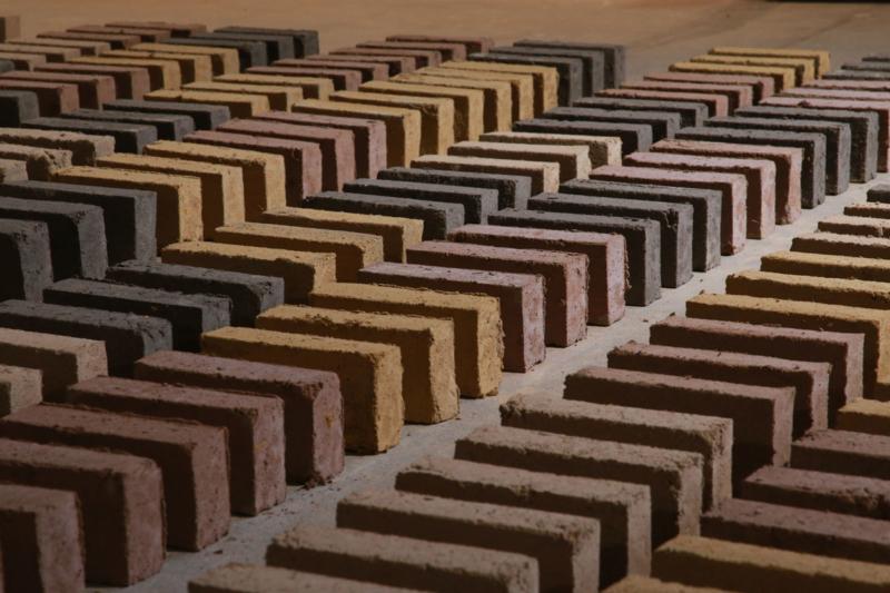 Mouvement de briques au sol © amàco