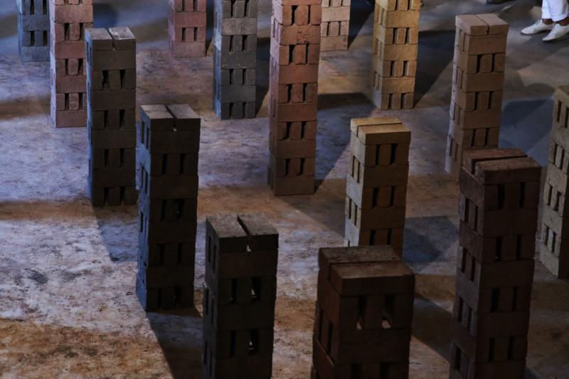 Les briques s'empilent à la manière des colonnes de séchage ©amàco