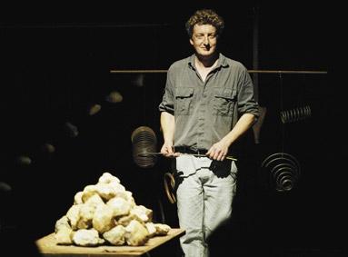 Le spectacle « Au milieu du désordre » - tas de pierres et ressorts © La Belle Meunière