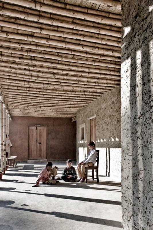 Le contraste entre matérialité de la bauge brute et celle des murs enduits révèle la richesse d'expressivité de ce matériau.