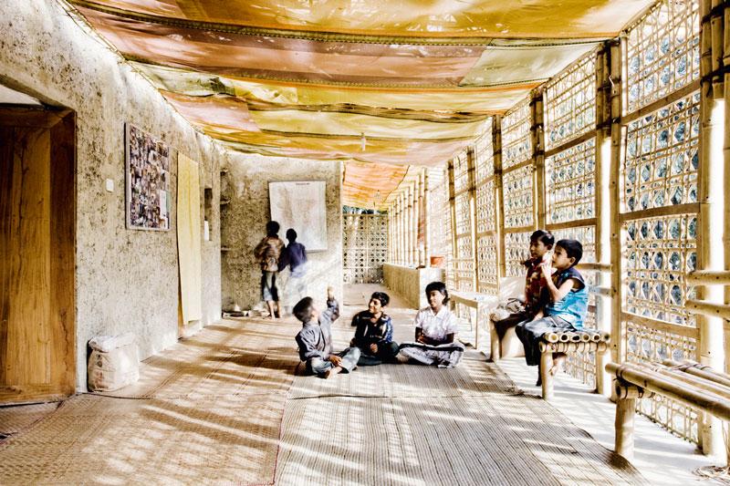 Réinterprétation des motifs de tressages de paniers et réemplois de tissus colorés locaux donnent de la chaleur à la loggia qui est le lieu préféré des élèves.
