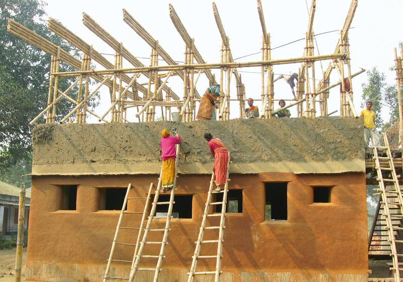 Construction des murs en bauge par les habitants
