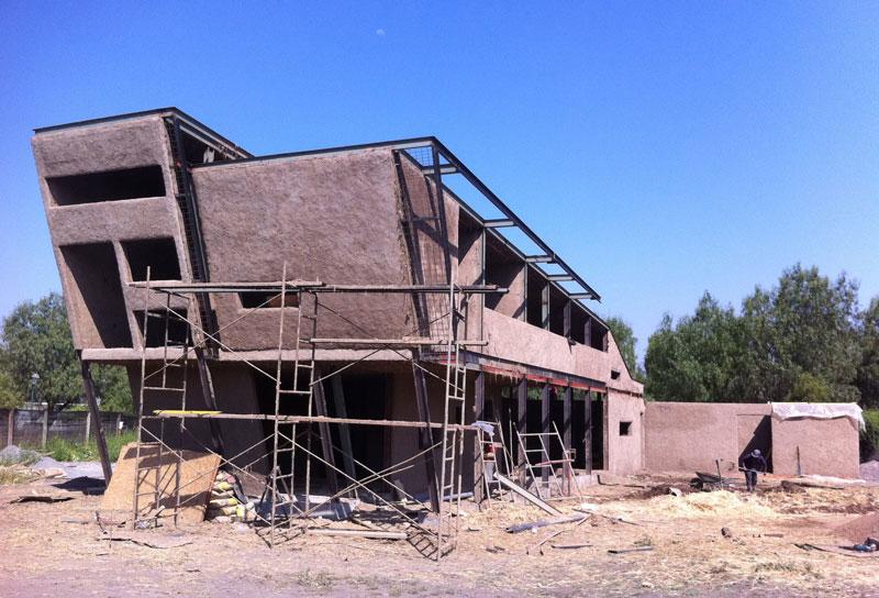 Le torchis est appliqué sur une maille fixée à la structure puis enduit. © Arias Arquitectos