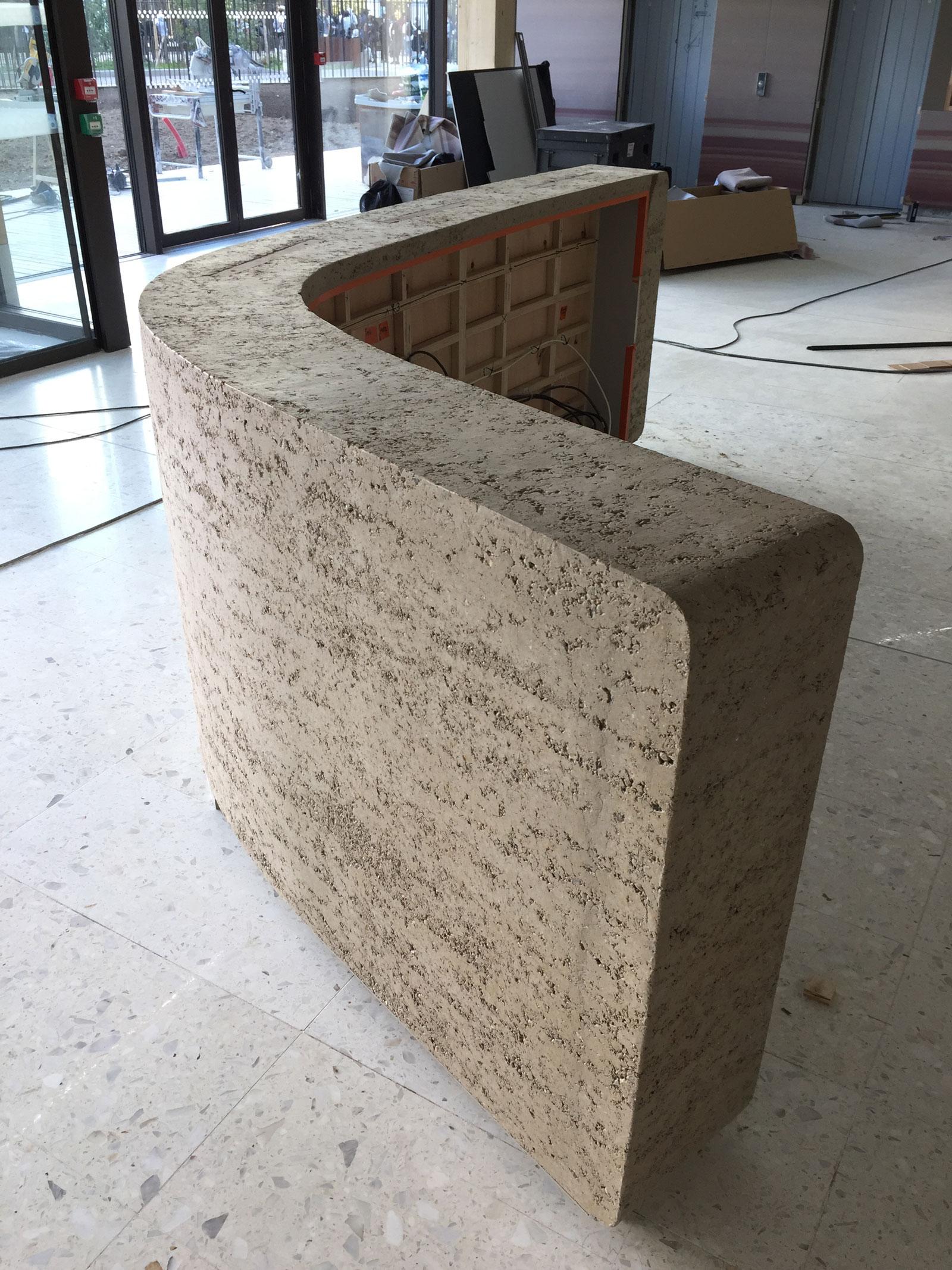 CURVE : mobilier d'accueil courbé en pisé fin