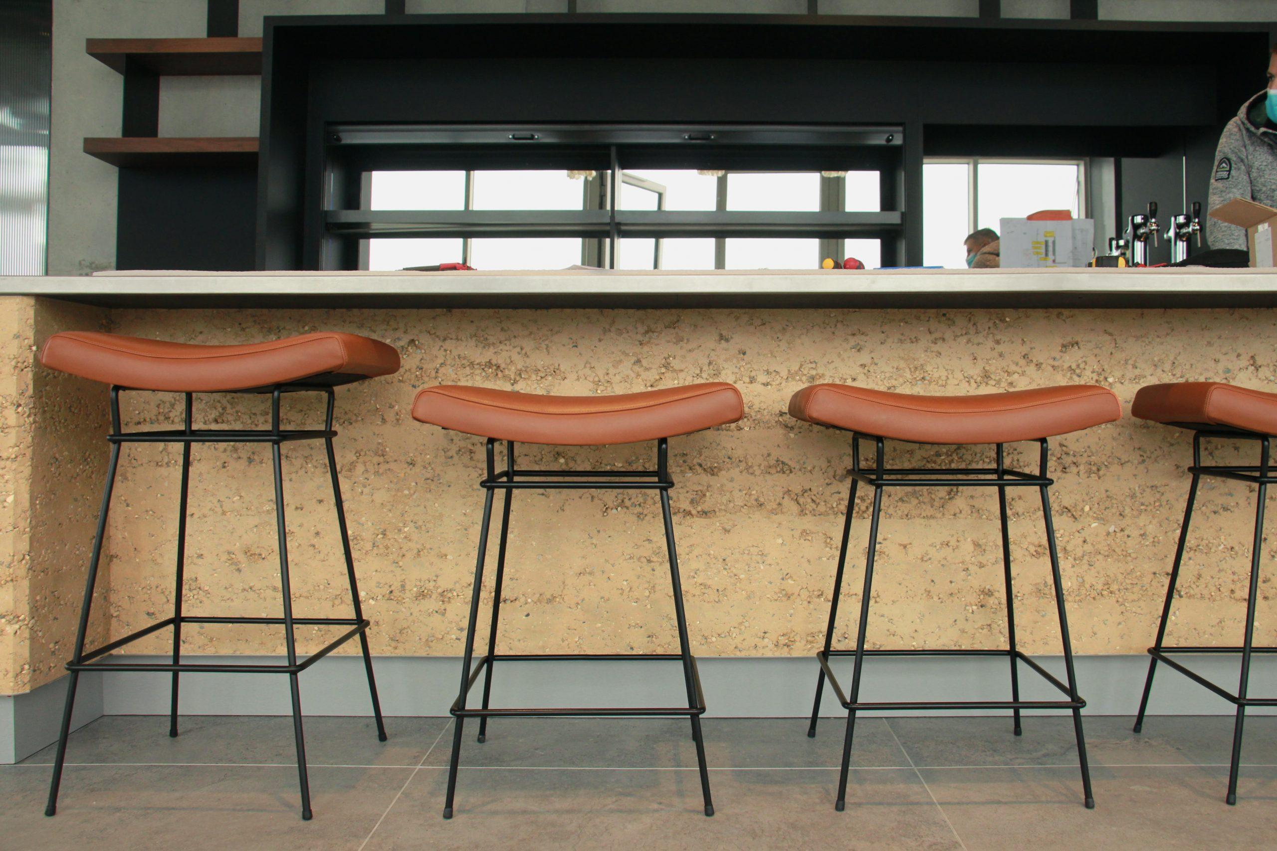 NOVOTEL Annemasse // Bars et desk en pisé