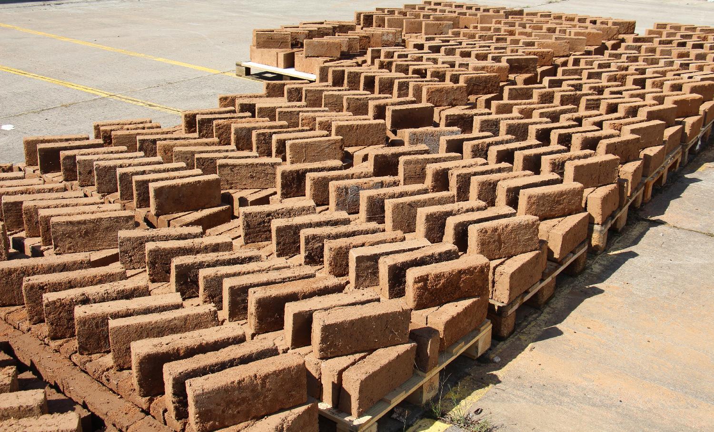 Fabrication de 16 000 briques de terre crue : du sourcing à l'atelier de production
